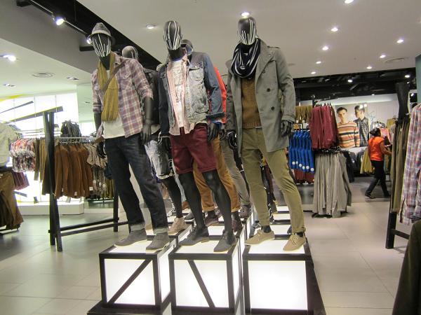 На фото – манекены в комплектах одежды