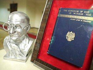 В Государственной Думе открылась экспозиция к 150-летию Махатмы Ганди