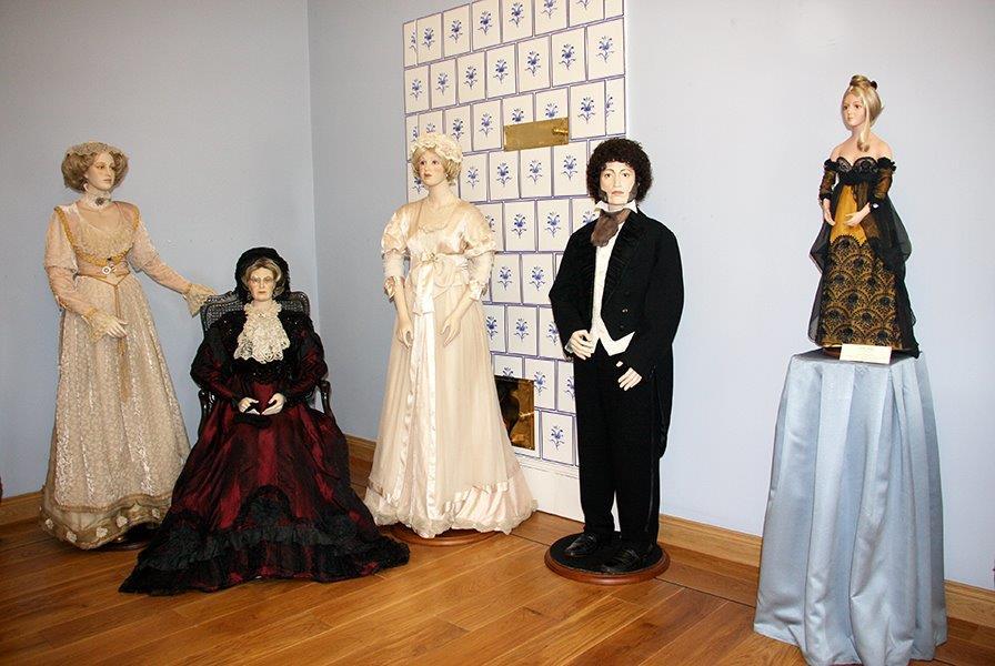 """Экспозиция фарфоровой скульптуры """" Хрупкий образ совершенства """" открылась в музее-усадьбе """" Остафьево """" -"""