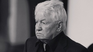На могиле писателя Войновича установили скульптуру солдата Чонкина