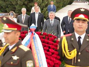 Вячеслав Володин возложил цветы к Монументу независимости и гуманизма в Ташкенте