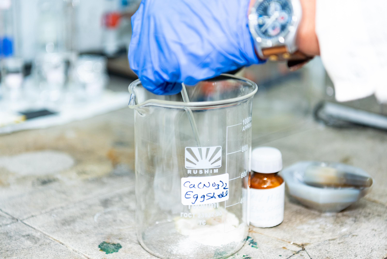 Хирургический материал для травм черепа на основе яичной ск