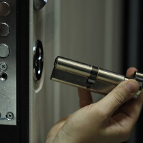 Замена замка металлической двери на новую модель
