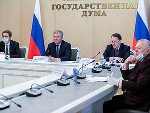 Вячеслав Володин попытался убедить ЦБ разъяснить, отчего раздача денег в ряде стран не помогает населению