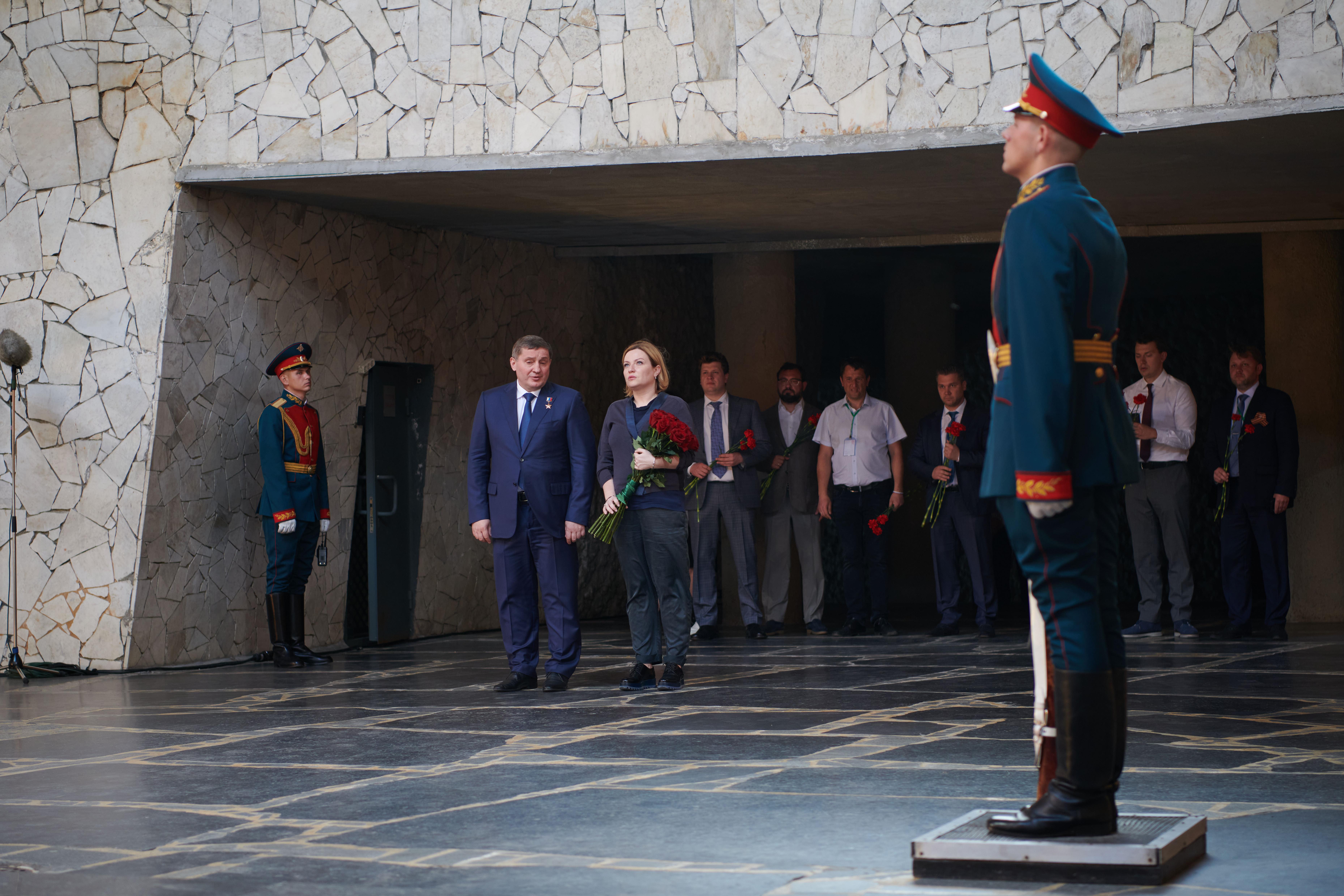 """В Волгограде торжественно открыли скульптуру """" Родина-мать зовёт!"""" после реставрации"""
