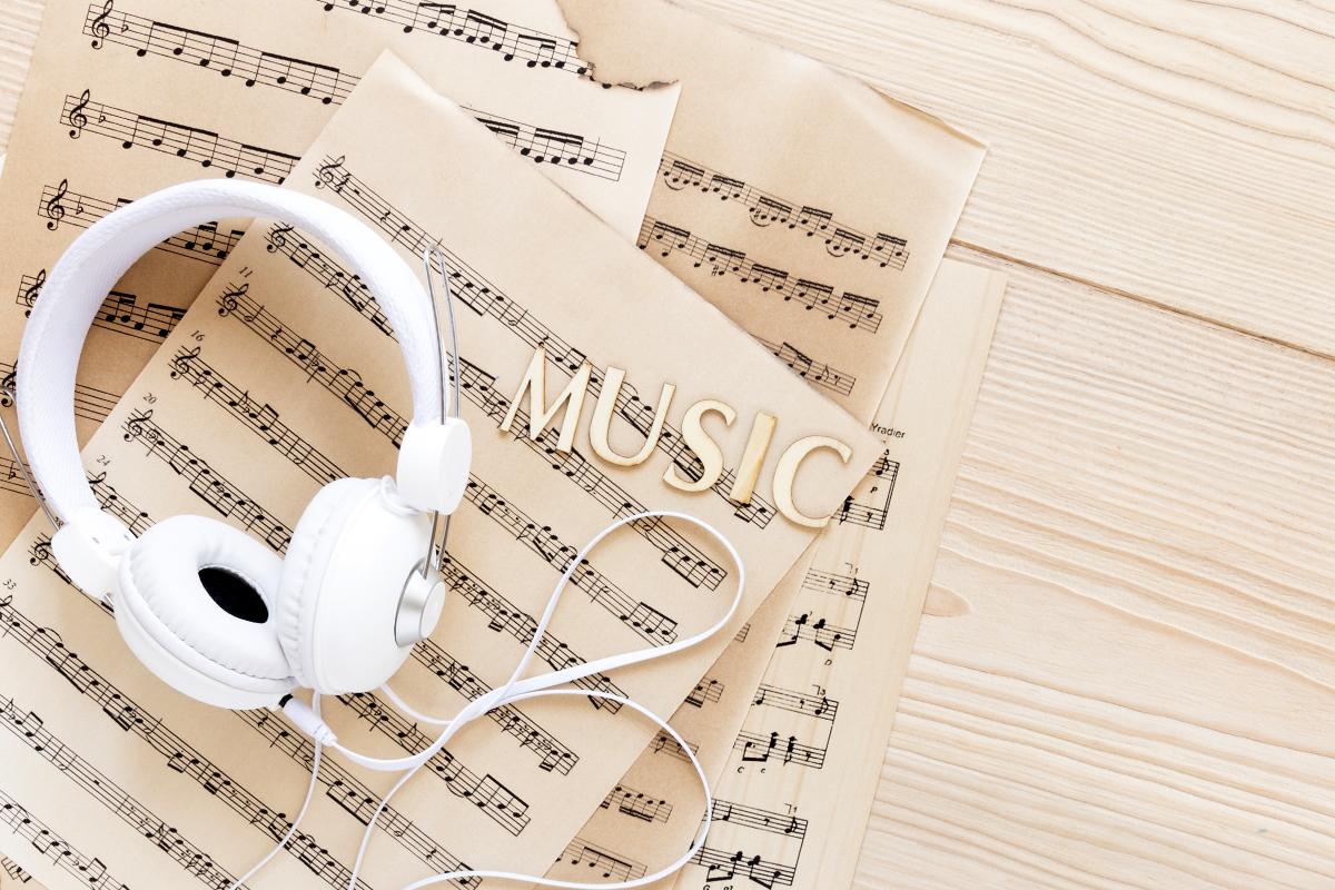 Музыкальный портал musify.club: хиты Зиверт в душе и наушниках