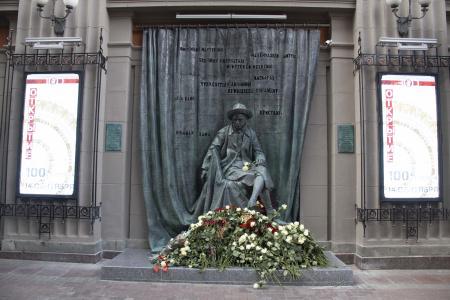 В столице России открыли памятник Евгению Вахтангову
