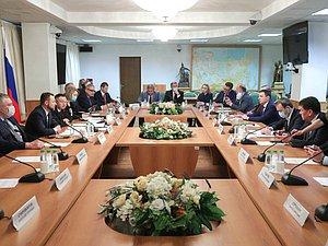 В ГД обсудили с профильным министром вопросы строительной промышленности
