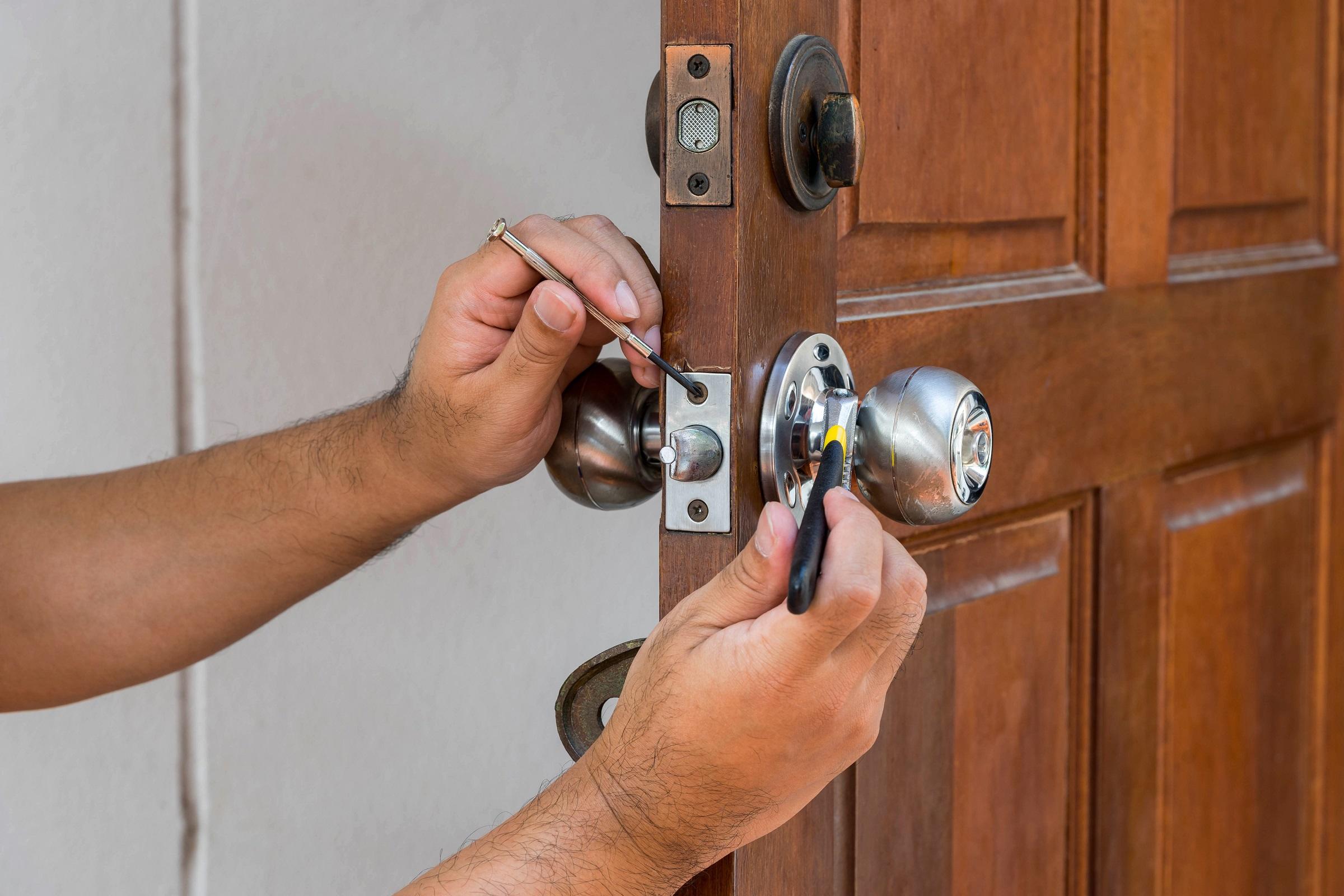 замена дверных замков простых москва