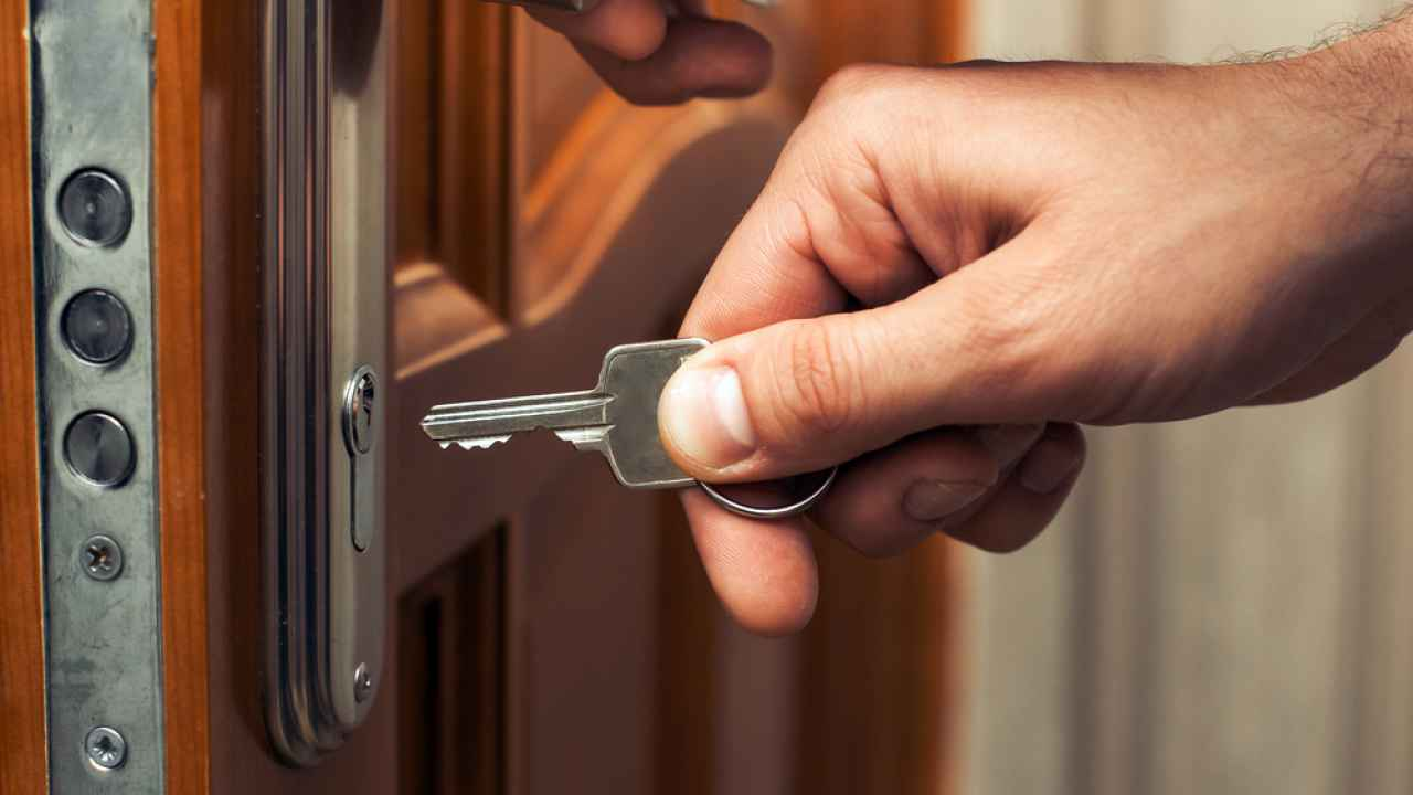вызвать мастера для замены замка в двери замка входной двери
