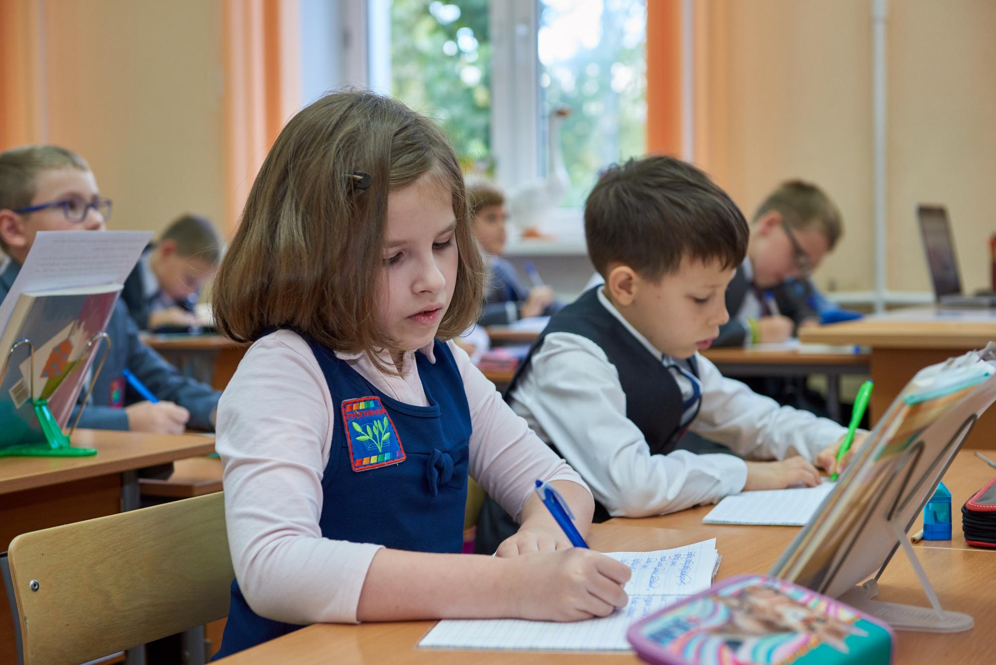 Президент РФ В. В. Путин подписал закон о частичном освобождении детских садов и школ от разр